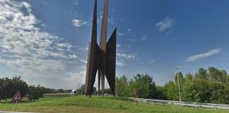 La scultura sulla rampa di uscita dalla stazione autostradale di Brescia Ovest
