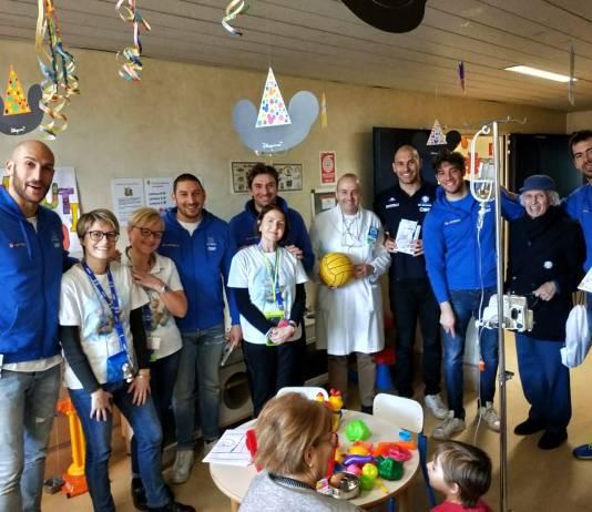 I ragazzi di An Brescia con le volontarie di ABIO Brescia, in servizio in reparto, e al primario dell'U.O. di Pediatria, Dott. Giuseppe Riva (presidente di ABIO Brescia)