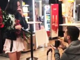 Il calciatore del Bresciaa Sabelli chiede alla fidanzata di sposarlo