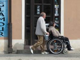 Una persona in sedia a rotelle, foto generica da Pixabay