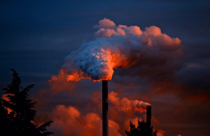 Fuoriuscita di vapore/fumo da un'azienda - foto generica