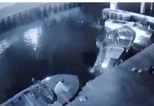 Un frame del video che immortala i due turisti tedeschi al rimessaggio nautico