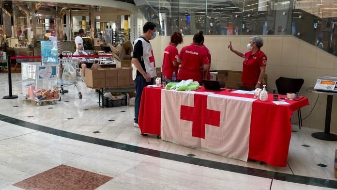 Ieri al centro commerciale di Lonato il terzo appuntamento di raccolta viveri in favore della Croce Rossa - foto ufficio stampa Leone