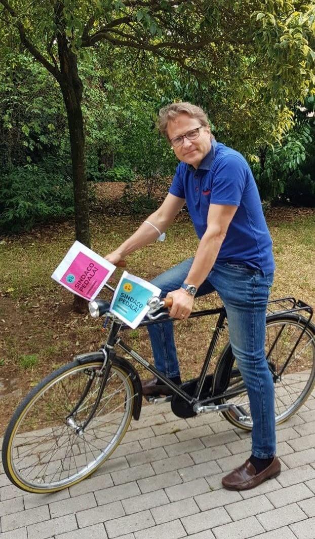 Il sindaco di Borgosatollo in sella alla bicicletta - foto da pagina Facebook del Comune di Borgosatollo