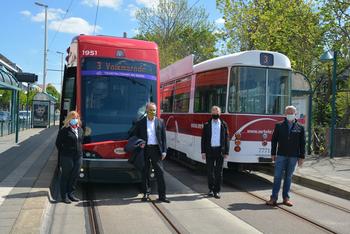 Straßenbahnfahrerin Marlen Wiegel, Oberbürgermeister Ulrich Markurth, BSVG-Aufsichtsratsvorsitzender Frank Flake, BSVG-Geschäftsführer Jörg Reincke geben Tramino 1951 für seine 1. Linienfahrt frei.