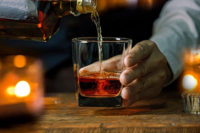 Whisky-Glas symbolisch für die Tokenisierung von Whiskey über die Plattform Zilliqa.