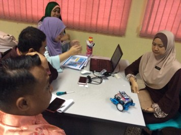 Kumpulan guru menyiapkan tugasan