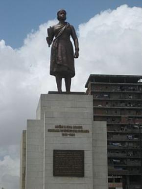 Estátua de Nzinga em Luanda.