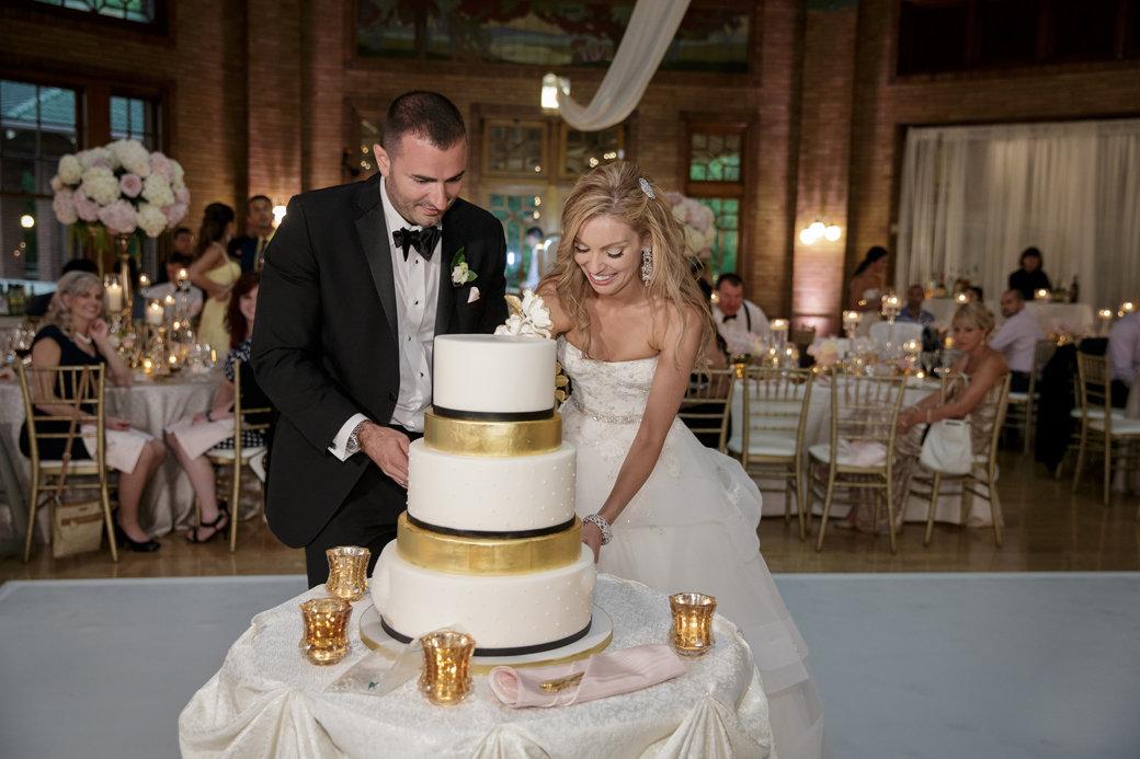 Glamorous Gold Wedding Cake   Cafe Brauer   Chicago Wedding   Bubbly Moments
