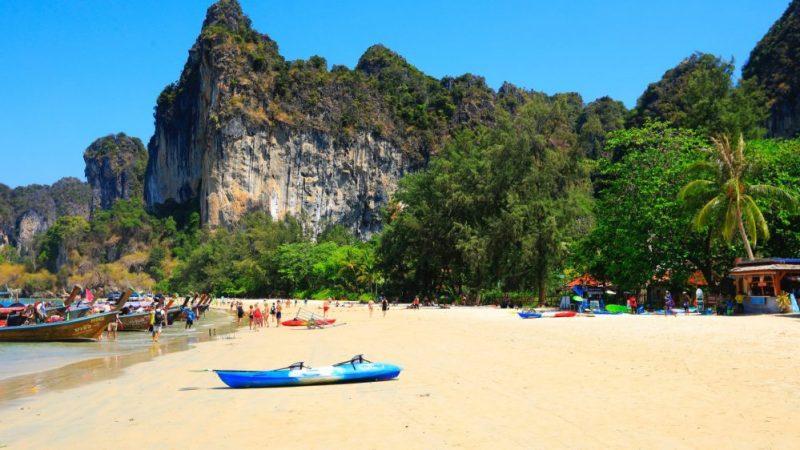 buceo en krabi, turistas railay