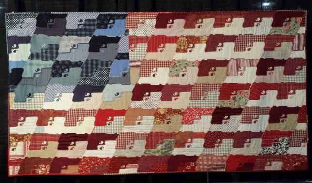 le drapeau américain représenté avec des armes et cousu avec de vieux uniformes