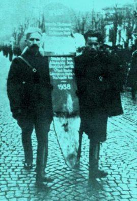 crucea-de-pe-mormantul-dela-jilava-purtata-de-legionarii-iovin-si-mitu-banea-cu-prilejul-reinhumarii-capitanului-la-30-noembrie-1940