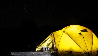 Tot ce trebuie să știi dacă mergi în excursie cu cortul!