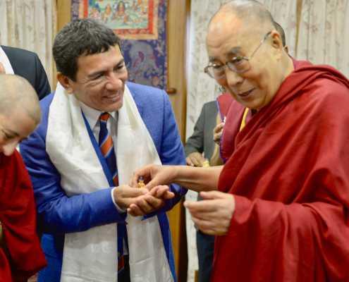Dalai Lama ofering Buda Sakiamuny