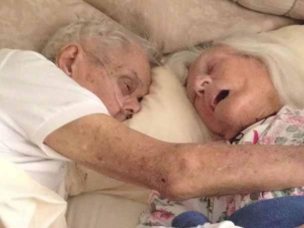 După 75 de ani împreună au murit îmbrățișați.