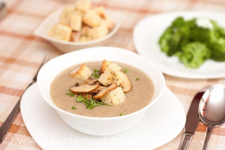Крем суп из шампиньонов с сухариками и петрушкой