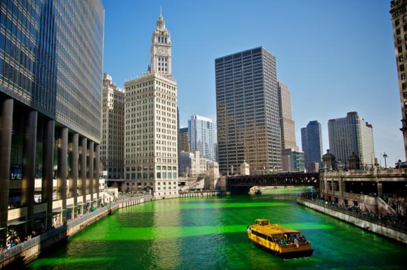 Озеленение реки Чикаго на день Св. Патрика