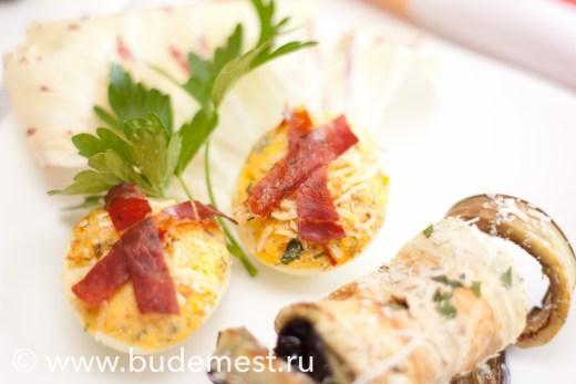 Запеченные фаршированные яйца с паприкой