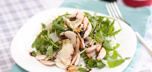 Салат из рукколы с грибами, твердым сыром и орехами