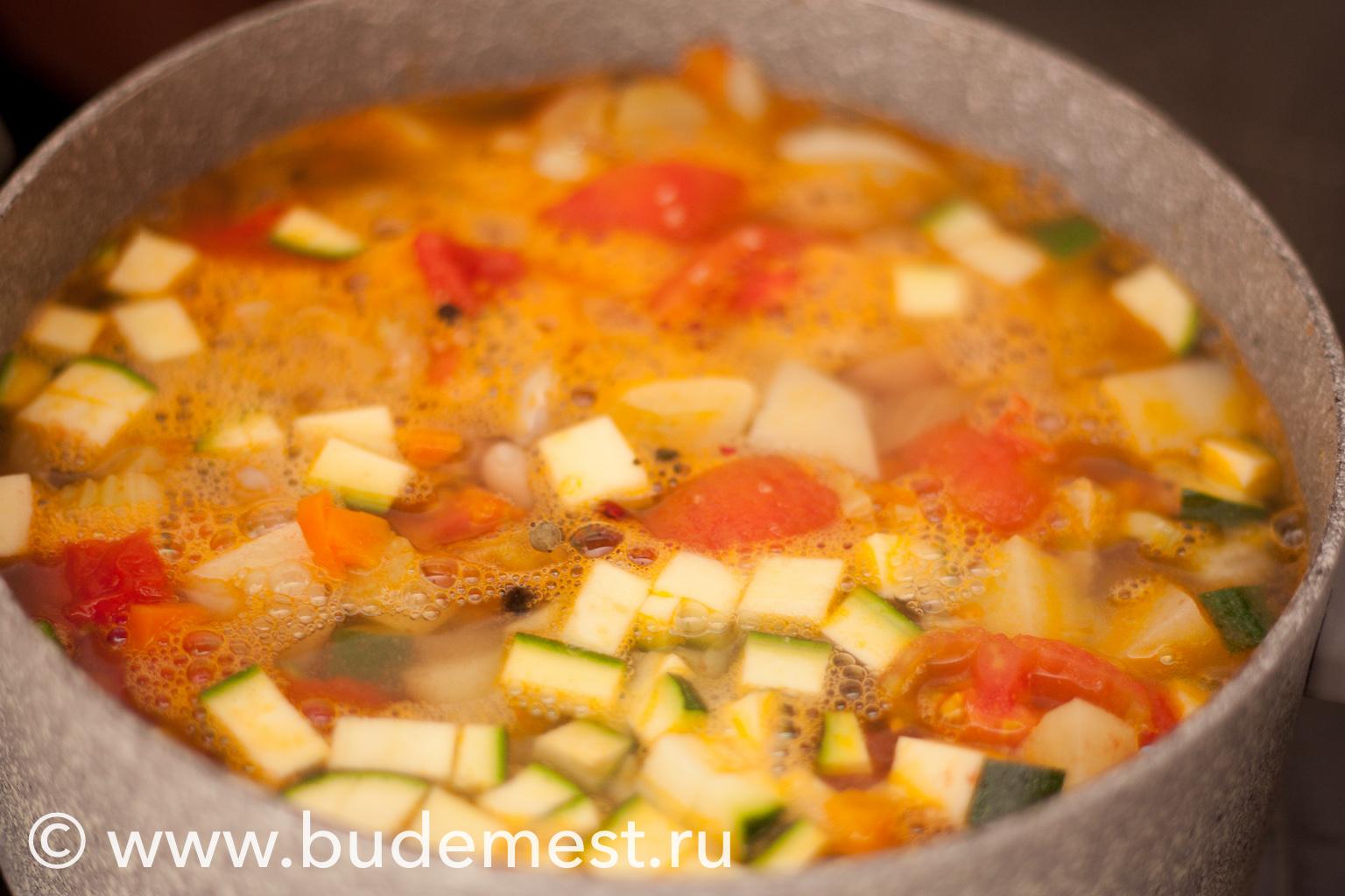 Залейте овощи 2,5 литрами воды, доведите до кипения, убавьте огонь и оставьте вариться под крышкой в течении часа