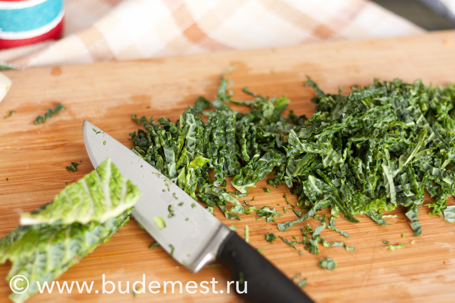 Мелко нашинкуйте капустные листы