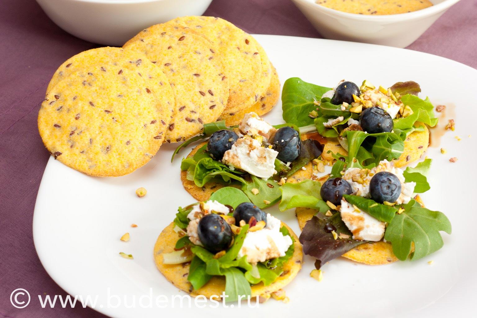 Тарталетки с салатиком, сыром и черникой
