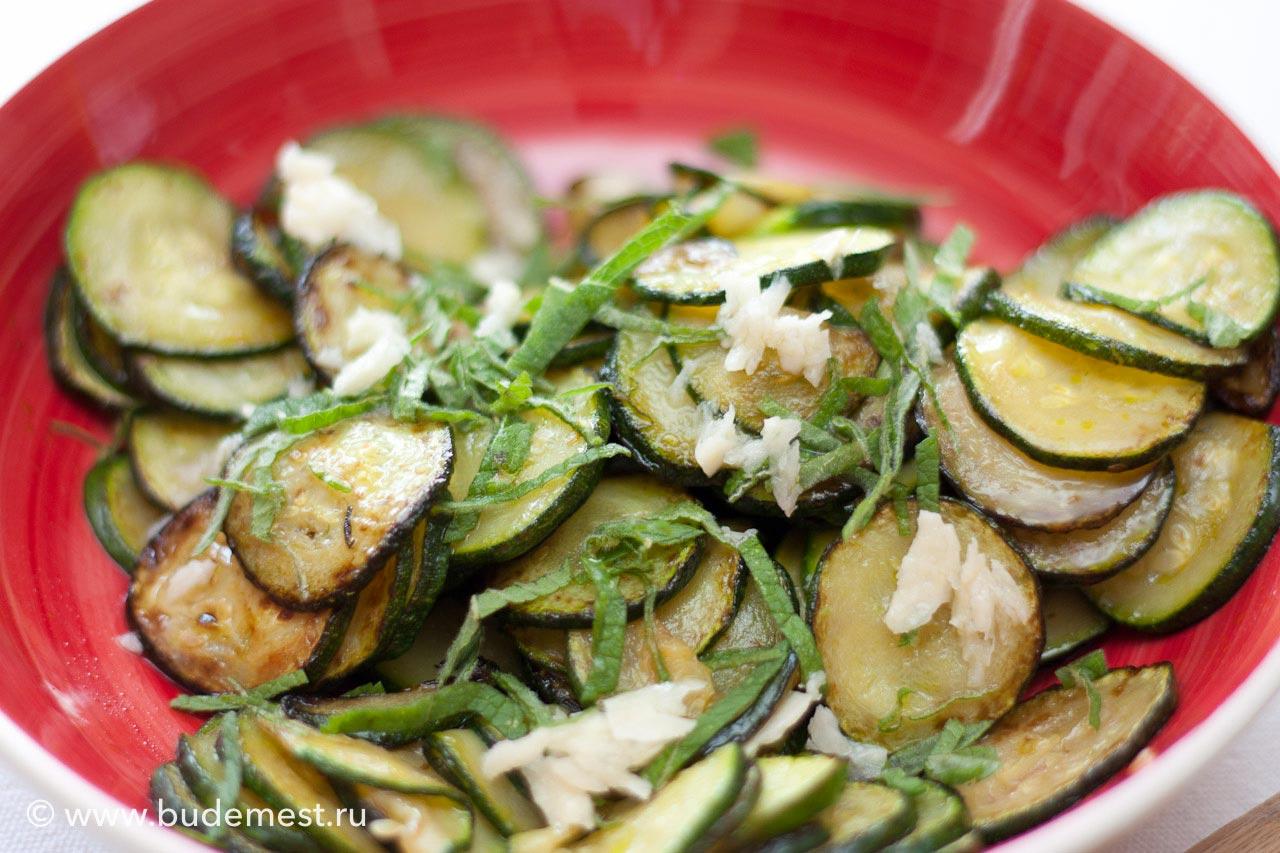 Заправьте поджаренные кабачки тонко нарезанной мятой и смесью чеснока с уксусом