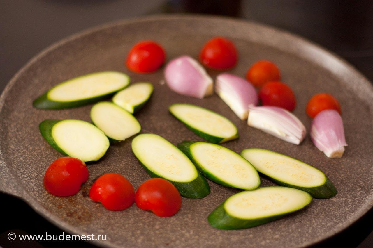 На разогретой сковороде без масла готовьте овощи по 2 минуты на сторону