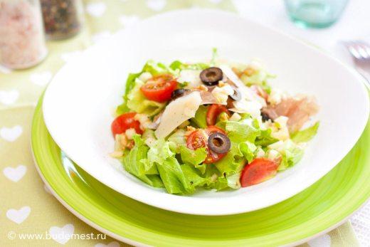 Салат с зеленым яблоком, твердым сыром и шпеком