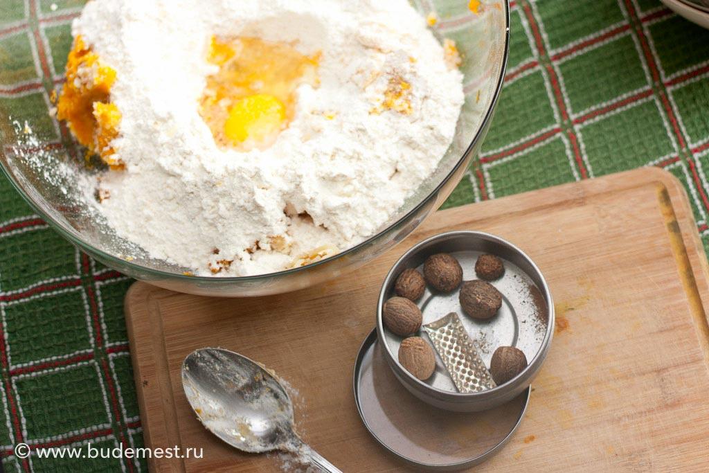 К тыкве с картофелем добавляем муку, яйцо, щепотку соли и немного мускатного ореха