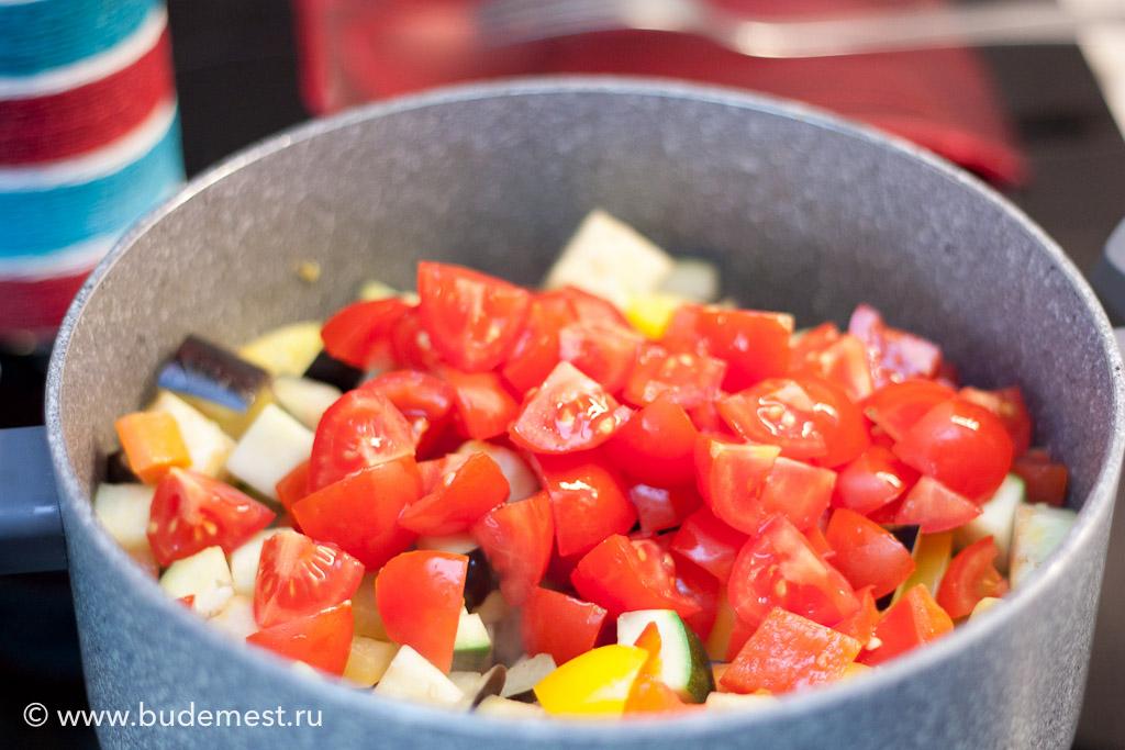 И последним ингредиентом идут томаты
