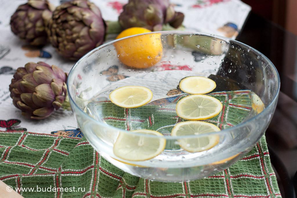 Налейте миску воды и поместите в нее дольки лимона