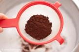 Во взбитые белки просеиваем какао и молотые специи