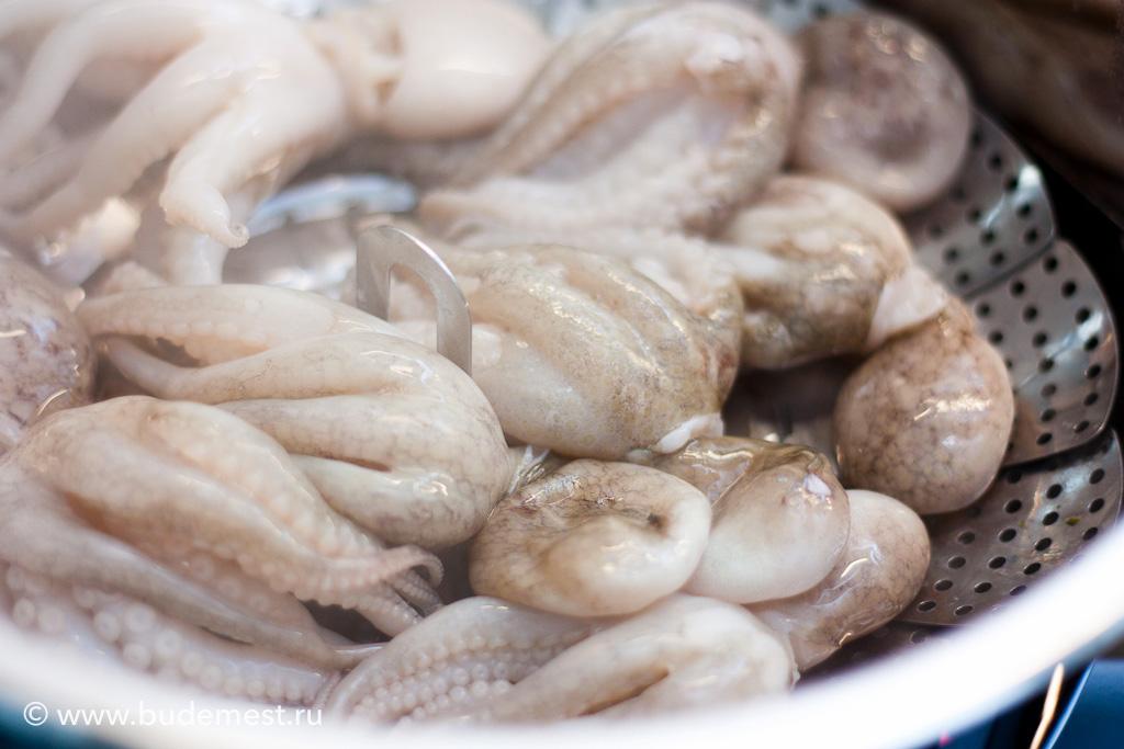 Готовим осьминожек в пароварке в течении 10-15 минут или пока они не станут мягкими по вашему вкусу