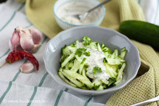 Салат из свежих огурцов с йогуртом и базиликом