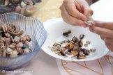Вынимаем моллюсков из ракушек