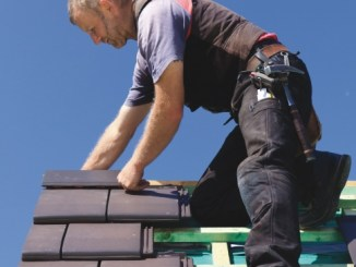 dekarz na dachu