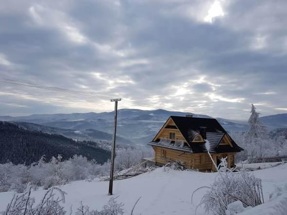 Dom z bali zimą