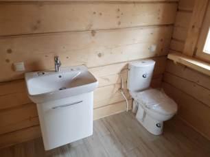 Łazienka w domu z drewna