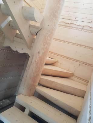 Zakręcone schody z drewna