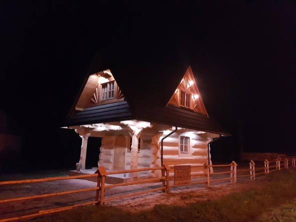 Dom z bali w nocy