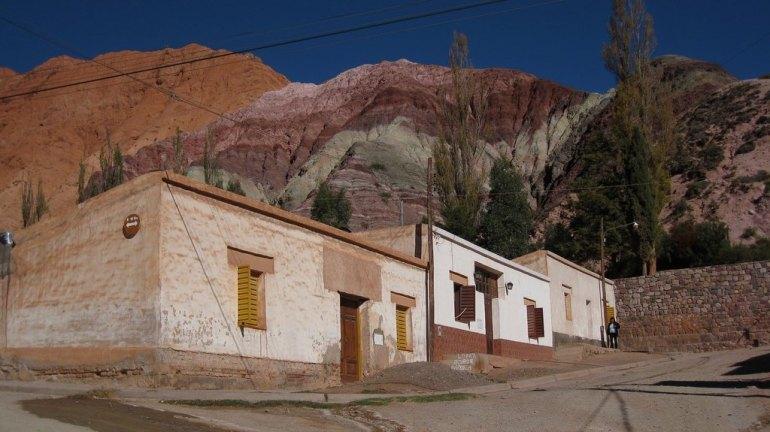 Casas coloniais em Purmamarca, com o cierro de los siete colores ao fundo | Foto de AHLN