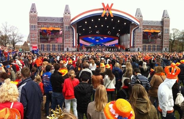 Festa do Dia da Rainha em Amsterdam. Laranja é pouco.
