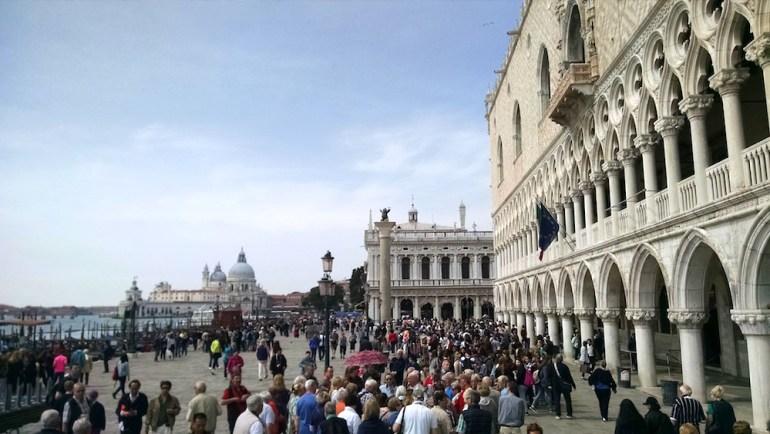 veneza multidao de turistas cais 2
