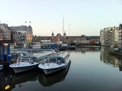 Barcos no canal em frente à Centraal Station, principal estação de trens da Holanda