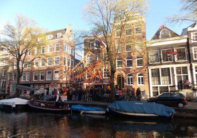 Bar em frente a canal em Amsterdam
