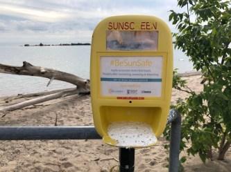 Protetor solar gratuito na praia de Sunnyside