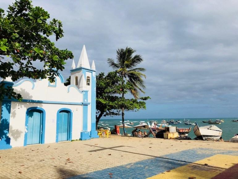 Igreja de Praia do Forte. Praia ao fundo.