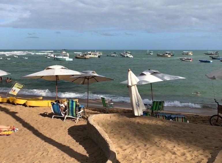 Cadeiras na praia de Praia do Forte