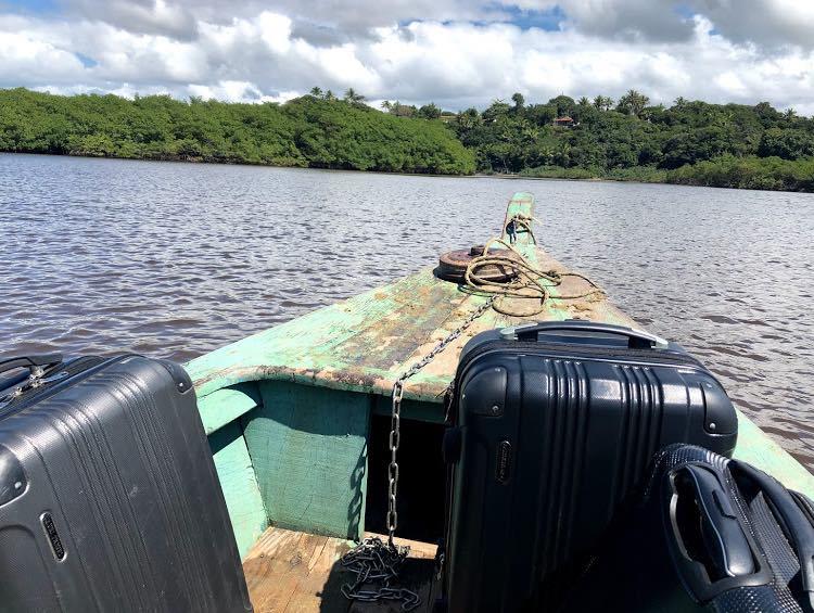 Barco na travessia do Rio Caraíva